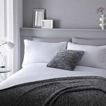Serene bedding Pom pom white duvet set